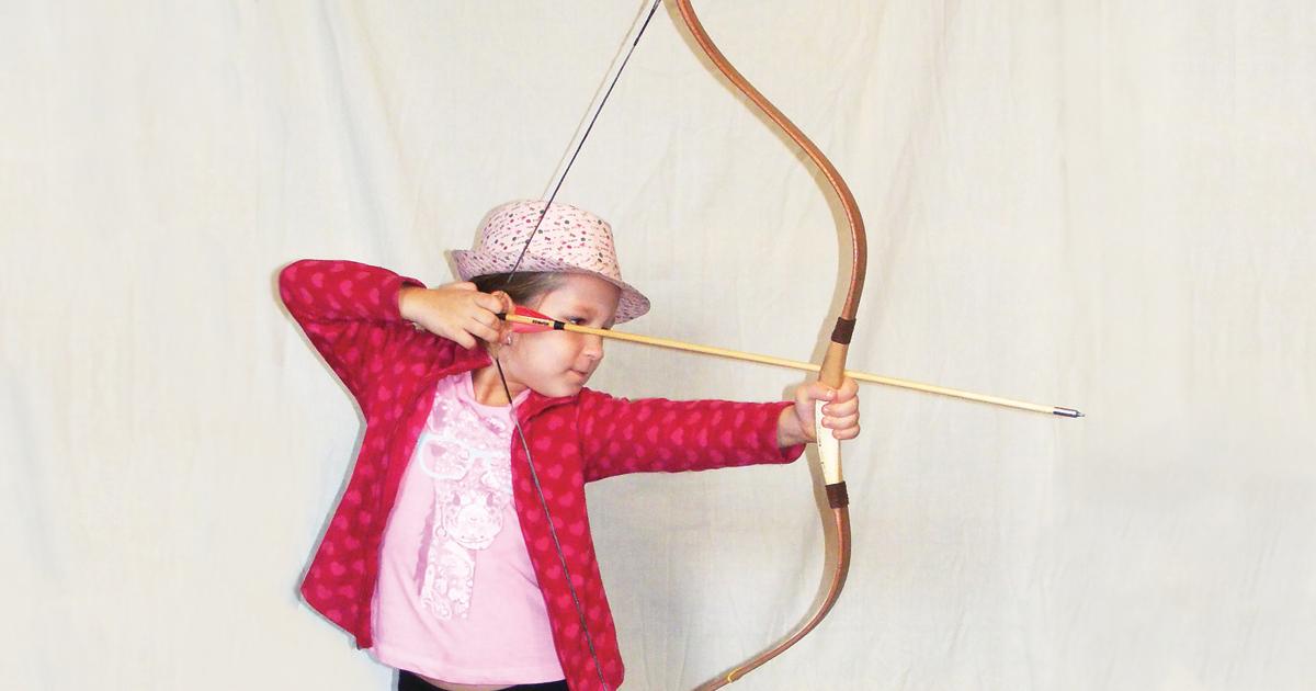 Bambina che tira con l'arco